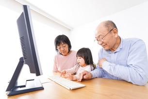 パソコンを使う祖父母と子どもの写真素材 [FYI04713032]