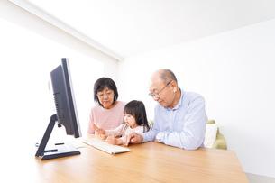 パソコンを使う祖父母と子どもの写真素材 [FYI04713033]