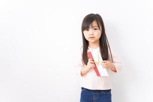 お祝いを渡す小さい子どもの写真素材 [FYI04713036]