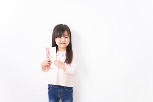 お祝いを渡す小さい子どもの写真素材 [FYI04713038]