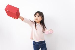 プレゼントを渡す子どもの写真素材 [FYI04713047]