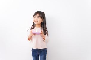 プレゼントを渡す子どもの写真素材 [FYI04713048]