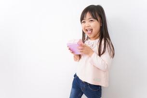 プレゼントを渡す子どもの写真素材 [FYI04713049]