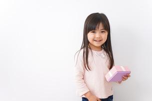 プレゼントを渡す子どもの写真素材 [FYI04713053]