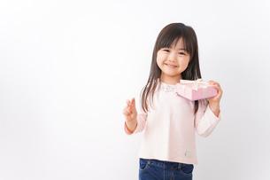 プレゼントを渡す子どもの写真素材 [FYI04713054]