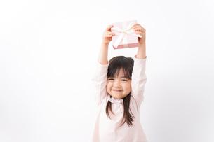 プレゼントを渡す子どもの写真素材 [FYI04713055]