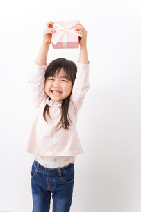 プレゼントを渡す子どもの写真素材 [FYI04713057]