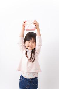 プレゼントを渡す子どもの写真素材 [FYI04713058]