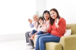 幸せな家族の集合写真の写真素材 [FYI04713063]