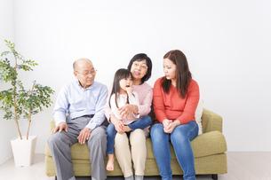 幸せな家族の集合写真の写真素材 [FYI04713073]