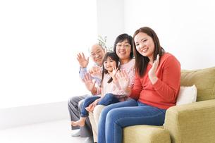 幸せな家族の集合写真の写真素材 [FYI04713074]