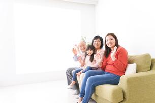 幸せな家族の集合写真の写真素材 [FYI04713075]