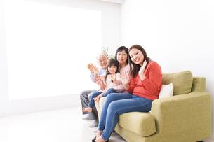 幸せな家族の集合写真の写真素材 [FYI04713076]