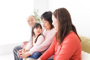 幸せな家族の集合写真の写真素材 [FYI04713080]