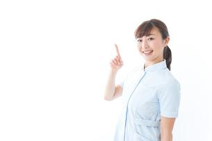 ポイントを指差す若い看護師の写真素材 [FYI04713106]