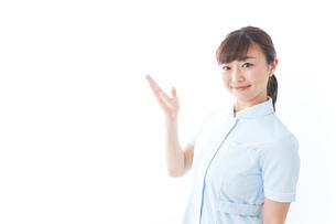 ポイントを指差す若い看護師の写真素材 [FYI04713116]