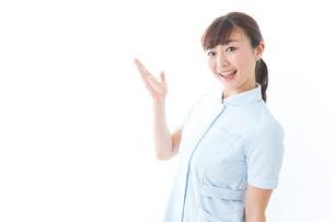 ポイントを指差す若い看護師の写真素材 [FYI04713117]