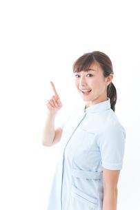 ポイントを指差す若い看護師の写真素材 [FYI04713119]