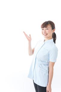 ポイントを指差す若い看護師の写真素材 [FYI04713121]