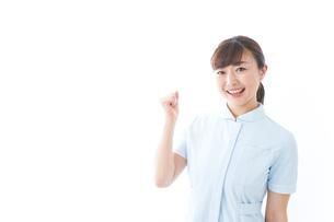 ガッツポーズをする若い看護師の写真素材 [FYI04713128]