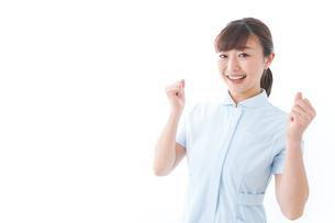ガッツポーズをする若い看護師の写真素材 [FYI04713130]