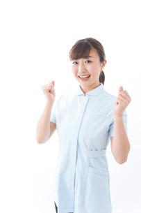 ガッツポーズをする若い看護師の写真素材 [FYI04713131]