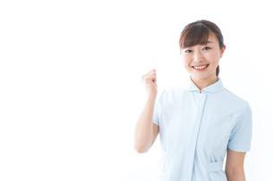 ガッツポーズをする若い看護師の写真素材 [FYI04713133]