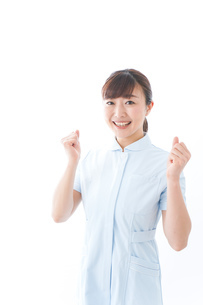 ガッツポーズをする若い看護師の写真素材 [FYI04713135]