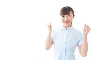 ガッツポーズをする若い看護師の写真素材 [FYI04713136]