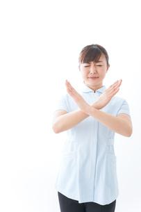 NOを示す若い看護師の写真素材 [FYI04713167]