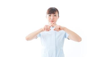 NOを示す若い看護師の写真素材 [FYI04713168]