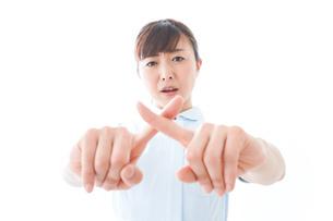 NOを示す若い看護師の写真素材 [FYI04713174]