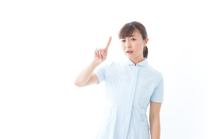 NOを示す若い看護師の写真素材 [FYI04713175]