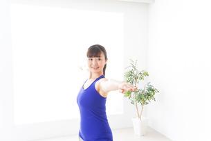 ヨガをする若い女性の写真素材 [FYI04713199]