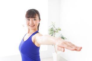 ヨガをする若い女性の写真素材 [FYI04713203]