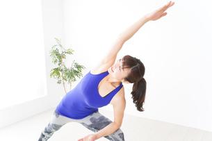 ヨガをする若い女性の写真素材 [FYI04713206]