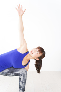 ヨガをする若い女性の写真素材 [FYI04713209]