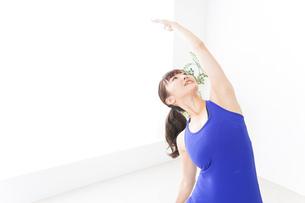 ヨガをする若い女性の写真素材 [FYI04713211]