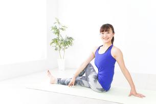 ヨガをする若い女性の写真素材 [FYI04713218]