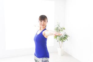 ヨガをする若い女性の写真素材 [FYI04713220]