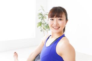 ヨガをする若い女性の写真素材 [FYI04713225]