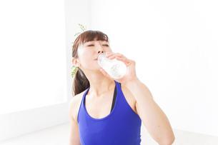 水分を摂取するスポーツウェアの女性の写真素材 [FYI04713226]