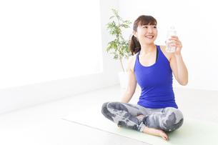 水分を摂取するスポーツウェアの女性の写真素材 [FYI04713231]