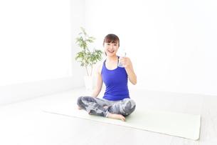水分を摂取するスポーツウェアの女性の写真素材 [FYI04713232]