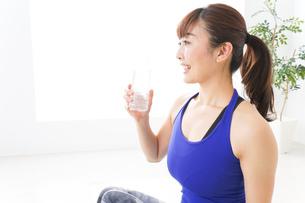水分を摂取するスポーツウェアの女性の写真素材 [FYI04713237]