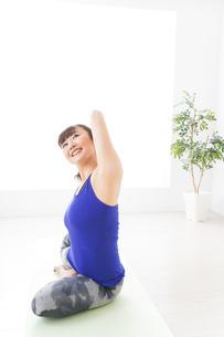 ヨガをする若い女性の写真素材 [FYI04713240]