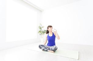 水分を摂取するスポーツウェアの女性の写真素材 [FYI04713243]