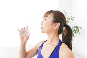 水分を摂取するスポーツウェアの女性の写真素材 [FYI04713244]
