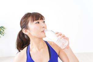 水分を摂取するスポーツウェアの女性の写真素材 [FYI04713245]