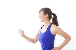 水分を摂取するスポーツウェアの女性の写真素材 [FYI04713247]